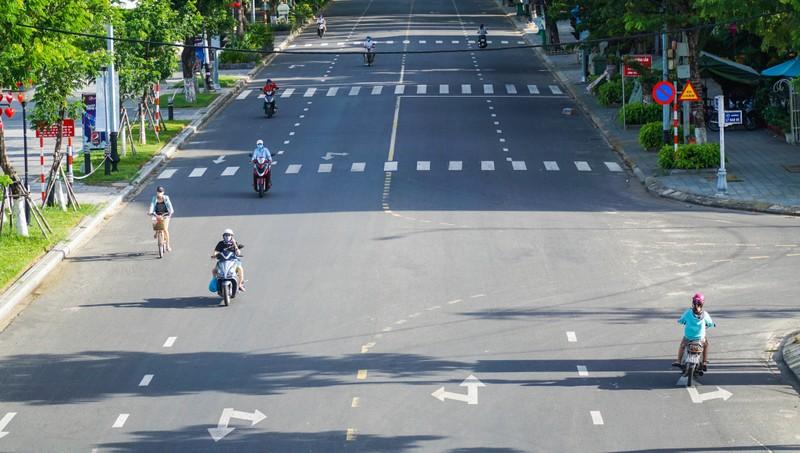 Đà Nẵng: Đường phố vắng vẻ, chợ dư hàng trước ngày 'cấm ra đường' - ảnh 2