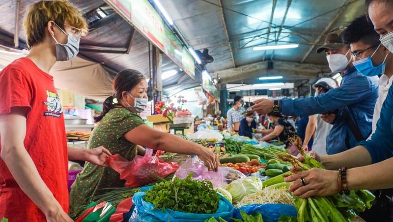Đà Nẵng: Đường phố vắng vẻ, chợ dư hàng trước ngày 'cấm ra đường' - ảnh 4