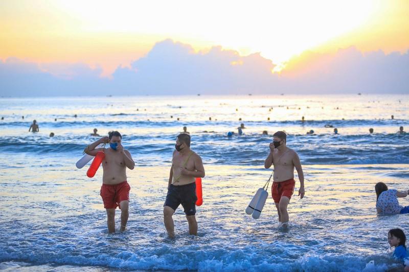 Người dân Đà Nẵng phấn khởi vì được tắm biển, ra tiệm cắt tóc - ảnh 2