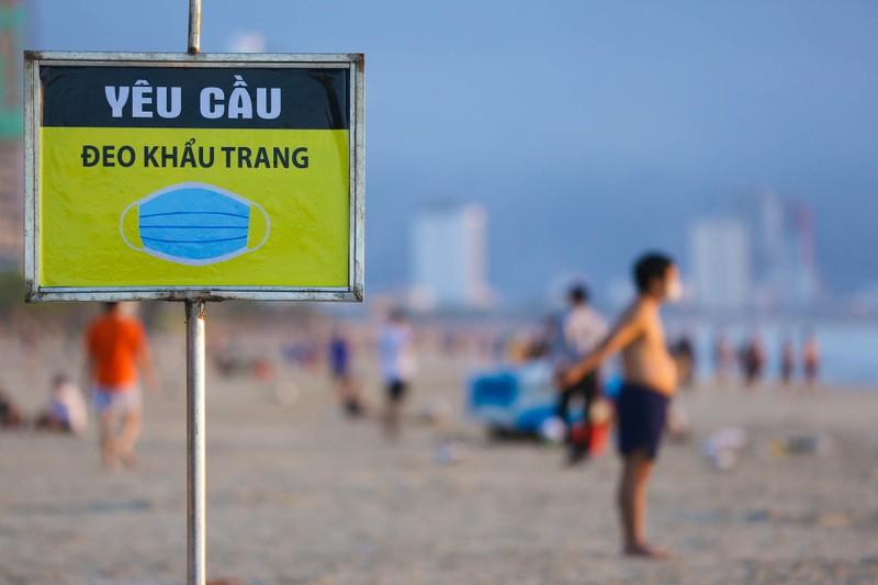 Người dân Đà Nẵng phấn khởi vì được tắm biển, ra tiệm cắt tóc - ảnh 3