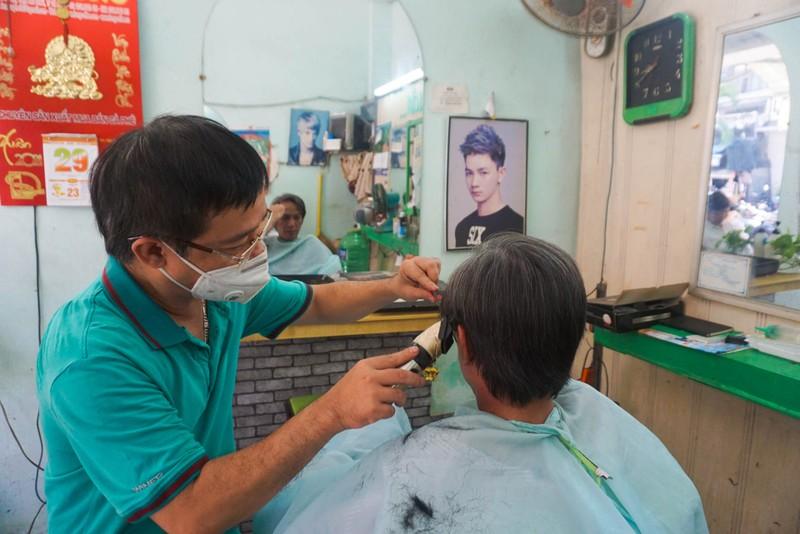 Người dân Đà Nẵng phấn khởi vì được tắm biển, ra tiệm cắt tóc - ảnh 8