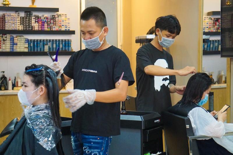 Người dân Đà Nẵng phấn khởi vì được tắm biển, ra tiệm cắt tóc - ảnh 7
