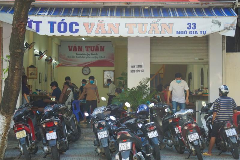 Người dân Đà Nẵng phấn khởi vì được tắm biển, ra tiệm cắt tóc - ảnh 5
