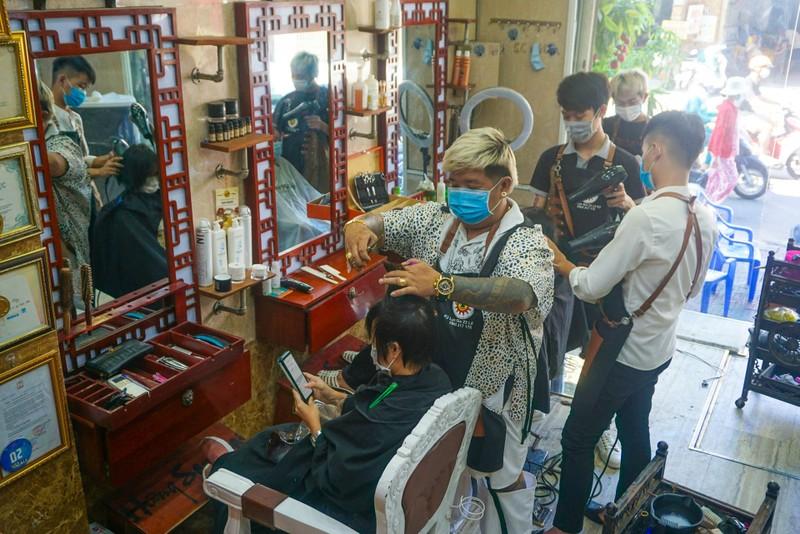 Người dân Đà Nẵng phấn khởi vì được tắm biển, ra tiệm cắt tóc - ảnh 6