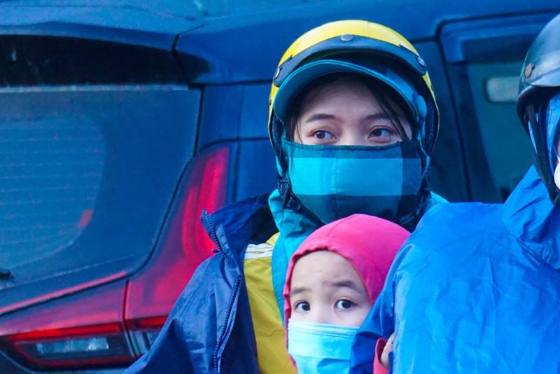 Hàng nghìn người dầm mưa, chạy xe máy xuyên đêm trong hành trình hồi hương - ảnh 4