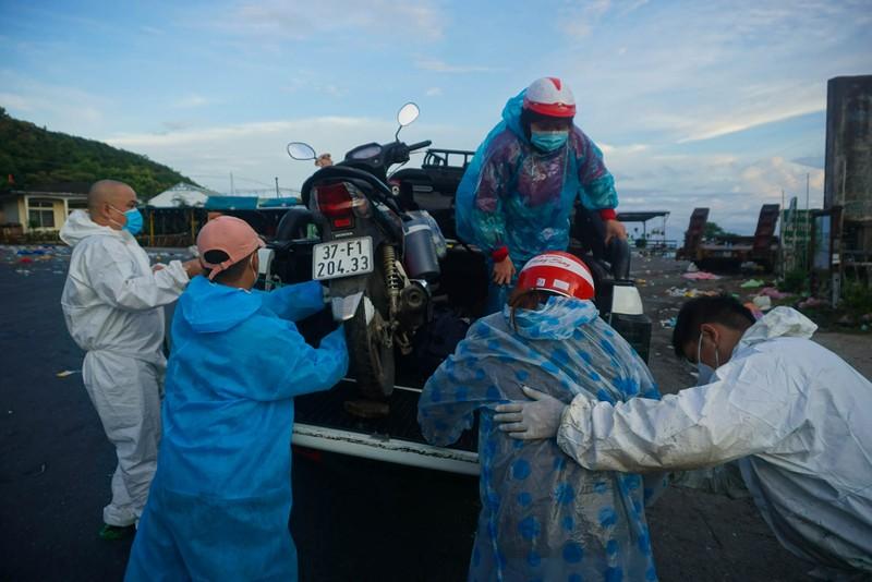 Hàng nghìn người dầm mưa, chạy xe máy xuyên đêm trong hành trình hồi hương - ảnh 8