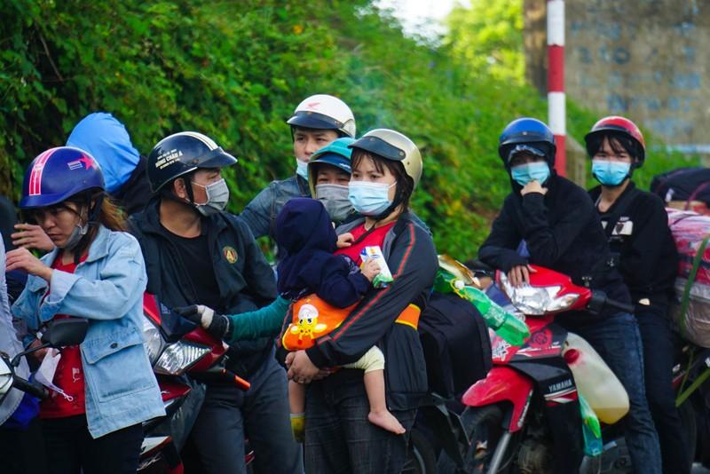 Hàng nghìn người dầm mưa, chạy xe máy xuyên đêm trong hành trình hồi hương - ảnh 3