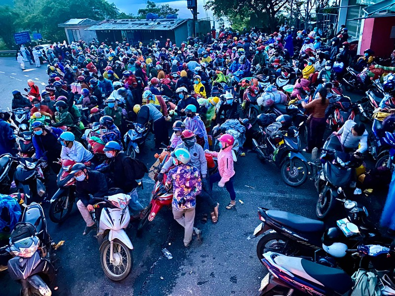 Hàng nghìn người dầm mưa, chạy xe máy xuyên đêm trong hành trình hồi hương - ảnh 1