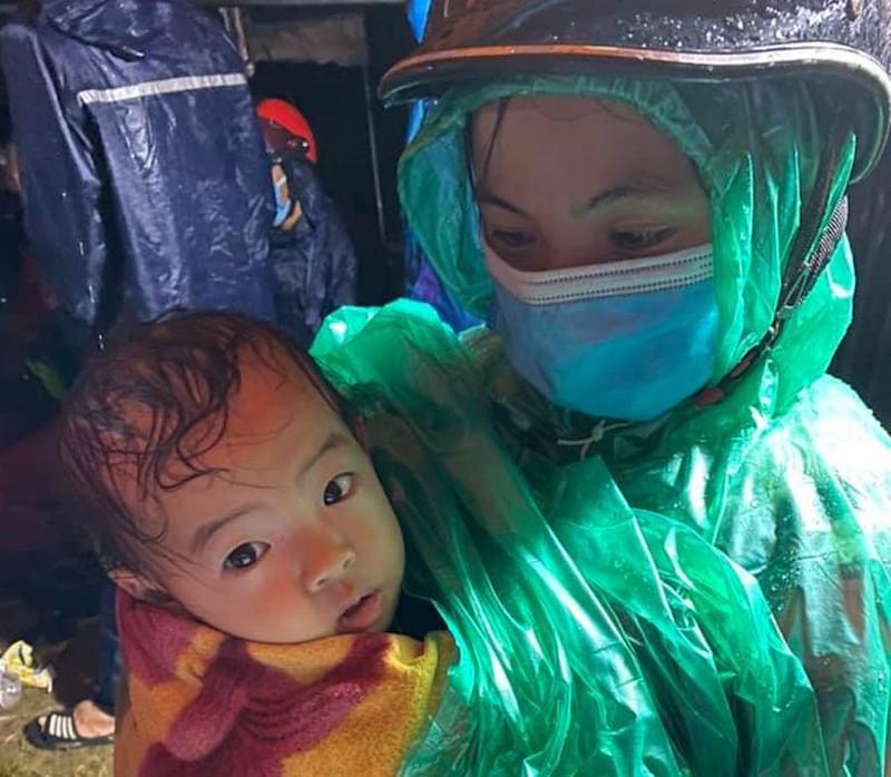 Người lớn, trẻ nhỏ vượt mưa gió hàng ngàn cây số về quê - ảnh 12