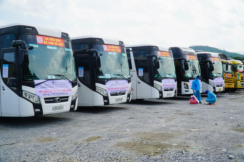 Đà Nẵng: Những chuyến xe đầu tiên đưa người dân về quê - ảnh 1