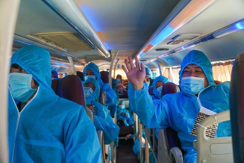 Đà Nẵng: Những chuyến xe đầu tiên đưa người dân về quê - ảnh 11