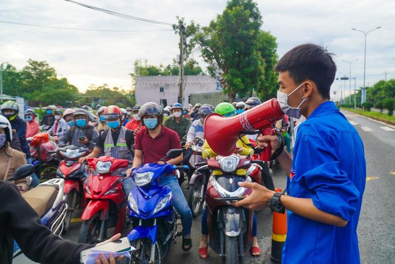 Chật kín người dân tại chốt kiểm soát giữa Đà Nẵng và Quảng Nam - ảnh 2