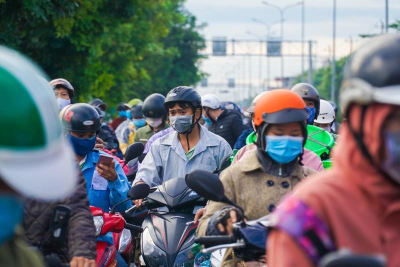 Chật kín người dân tại chốt kiểm soát giữa Đà Nẵng và Quảng Nam - ảnh 5
