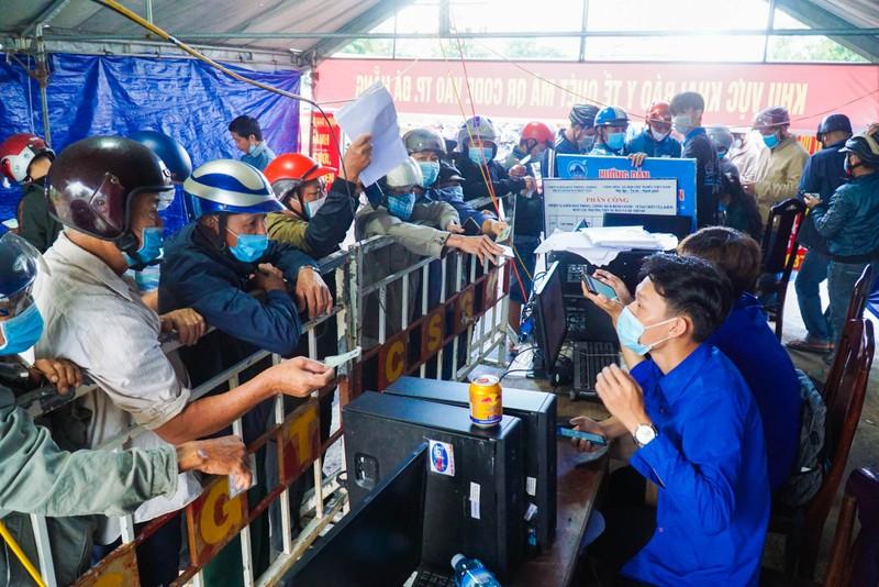 Chật kín người dân tại chốt kiểm soát giữa Đà Nẵng và Quảng Nam - ảnh 6