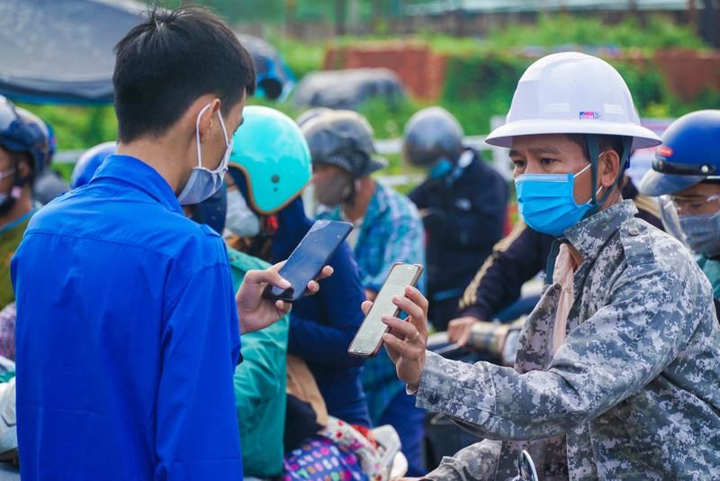 Chật kín người dân tại chốt kiểm soát giữa Đà Nẵng và Quảng Nam - ảnh 3
