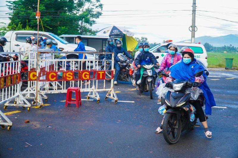 Chật kín người dân tại chốt kiểm soát giữa Đà Nẵng và Quảng Nam - ảnh 7