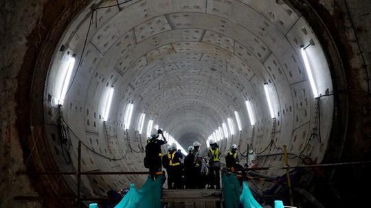 Cận cảnh bên trong đường hầm tuyến Metro đầu tiên của TPHCM - Ảnh 1.