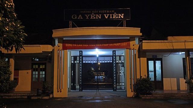 Chỉ còn 5 phút đoàn tàu mang số hiệu 51501 khởi hành đi Hạ Long sẽ xuất phát, cổng ga Yên Viên, Hà Nội hiu hắt không một bóng hành khách.