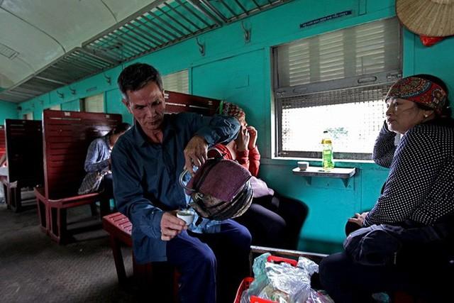 Giống như những chuyến tàu chợ thời bao cấp, ông Nguyễn Văn Chuẩn (69 tuổi) đã theo tàu bán nước chè chén từ nhiều năm nay với mỗi chuyến đi về lãi chừng 50 ngàn đồng. Từ khi tàu chuyển từ 1 ngày/chuyến xuống 1 tuần/chuyến, ngoài việc bán nước chè ông còn bốc vác thuê cho bà con buôn nông sản, hoa quả kiếm thêm thu nhập.