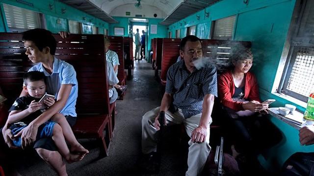 Nhiều hành khách quen đi tàu từ mấy chục năm trước vẫn không muốn từ bỏ không khí dân dã thân thuộc của những chuyến tàu chợ thời bao cấp.
