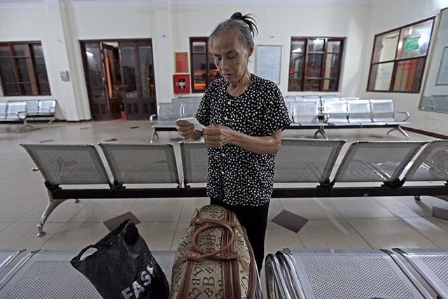 Chỉ duy nhất có một hành khách, bà Phạm Thị Bình (69 tuổi) quê ở Vĩnh Yên, Vĩnh Phúc đã đáp chuyến tàu từ Vĩnh Yên đến nhà ga Yên Viên từ 7 giờ tối hôm trước. Bà ngủ tại hàng ghế nhà chờ để đi tiếp đến Hạ Long. Bà Bình cho biết dù đi xe ô tô khách rất thuận tiện nhưng bà thường say xe nên đành phải đi tàu hỏa.