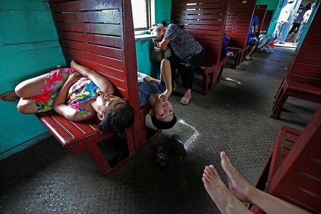 Trẻ em đi tàu sẽ đỡ say hơn nhiều so với đi ô tô. Vắng khách nên chúng thoải mái ngủ trong hành trình.