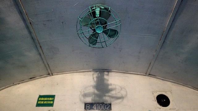 Những chiếc quạt chổi than cũ kỹ được sử dụng từ thời bao cấp không mấy khi hoạt động.