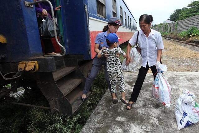 Do chỉ có một toa chở hành khách nên cũng chỉ có duy nhất 1 người soát vé cũng như đưa đón khách là chị Hoàng Thị Phương Thanh.