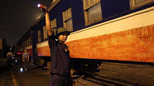 Đúng 4 giờ 50 phút sáng, đoàn tàu mang số hiệu 51501 rời ga Yên Viên, Hà Nội đi TP Hạ Long, Quảng Ninh.