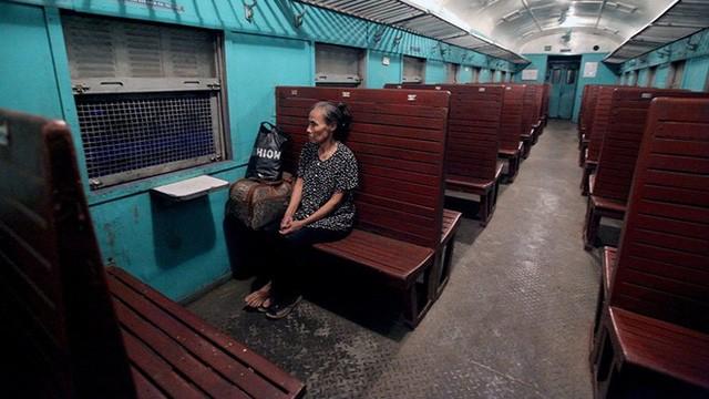 Đoàn tàu gồm đầu máy kéo theo 1 toa chở hàng, 1 toa chở khách. Toa chở khách với hàng ghế cứng thiết kế từ những thập kỷ 80 của thế kỷ trước, khi xuất phát từ ga Yên Viên chỉ có 1 hành khách là bà Phạm Thị Bình.