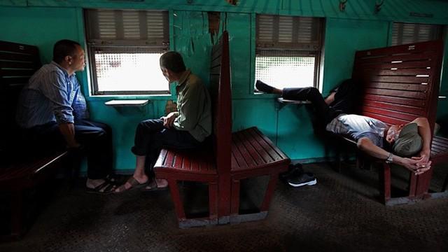 Dù chỉ có 1 toa chở khách nhưng ghế trống chiếm phần nhiều. Hành khách thoải mái ngả lưng tranh thủ ngủ.