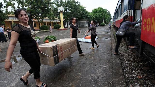 Đến ga Kép (Bắc Giang), đoàn tàu được nối thêm một toa chở hàng. Hàng hóa chủ yếu của những người buôn chuyến.