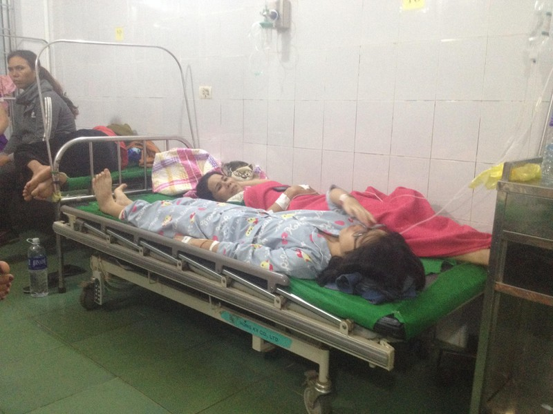 Điều tra vụ gần 200 người nhập viện nghi ngộ độc sau tiệc cưới - ảnh 1