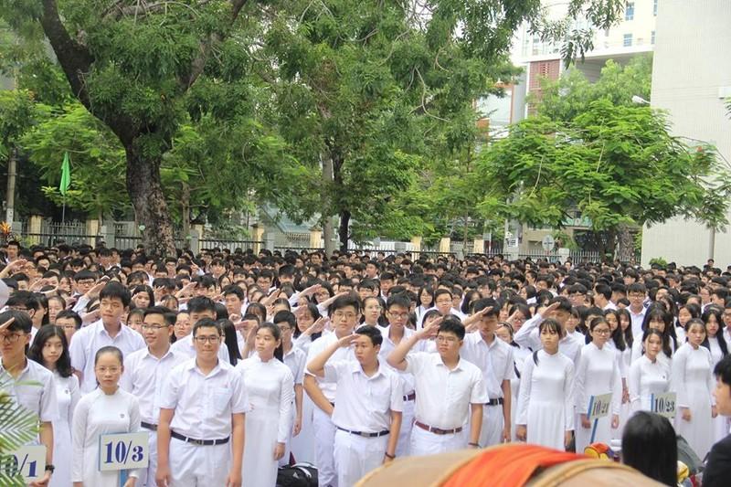 Đà Nẵng: Đại biểu ngồi sau học sinh trong lễ khai giảng - ảnh 1