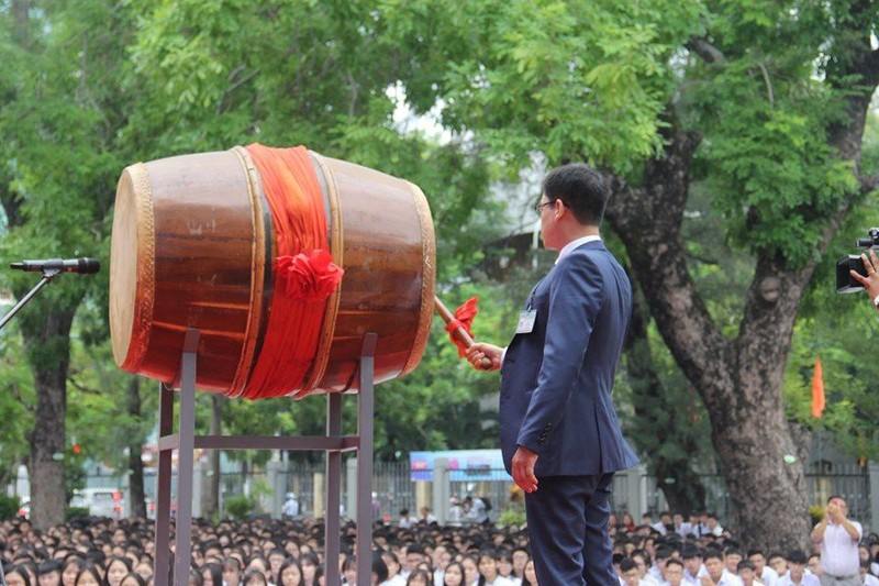 Đà Nẵng: Đại biểu ngồi sau học sinh trong lễ khai giảng - ảnh 2