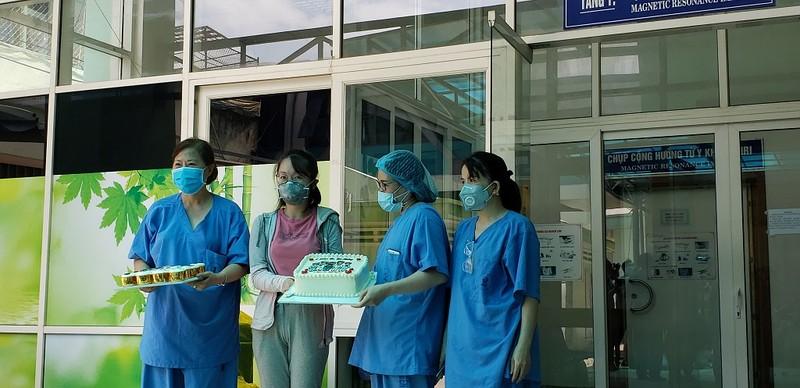 Nữ bệnh nhân 135 tặng bánh kem cảm ơn y, bác sĩ Đà Nẵng  - ảnh 1