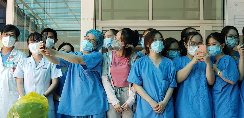 Nữ bệnh nhân 135 tặng bánh kem cảm ơn y, bác sĩ Đà Nẵng  - ảnh 2