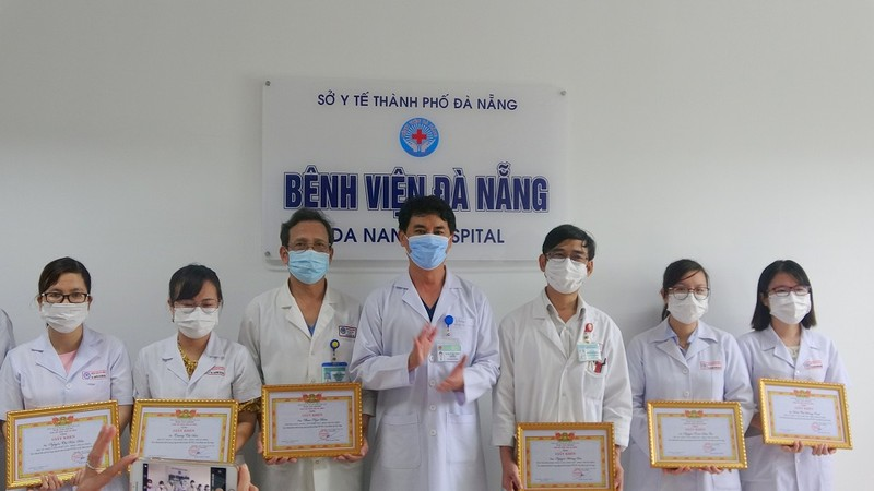 44 y bác sĩ Bệnh viện Đà Nẵng được về nhà sau cách ly - ảnh 1