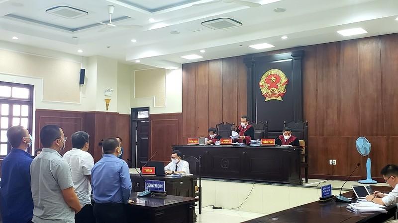 Tòa tuyên án, nhiều người đứng ngoài cổng vỗ tay  - ảnh 1