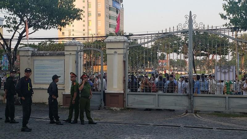 Tòa tuyên án, nhiều người đứng ngoài cổng vỗ tay  - ảnh 2