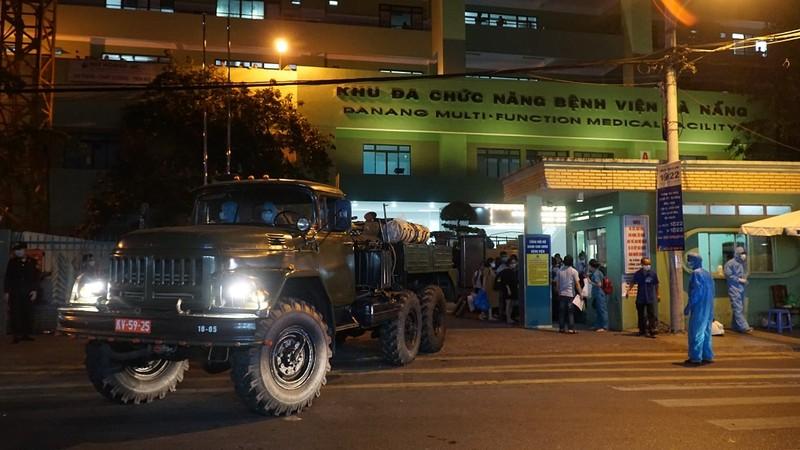 Quân đội phun khử trùng Bệnh viện C và Bệnh viện Đà Nẵng  - ảnh 1