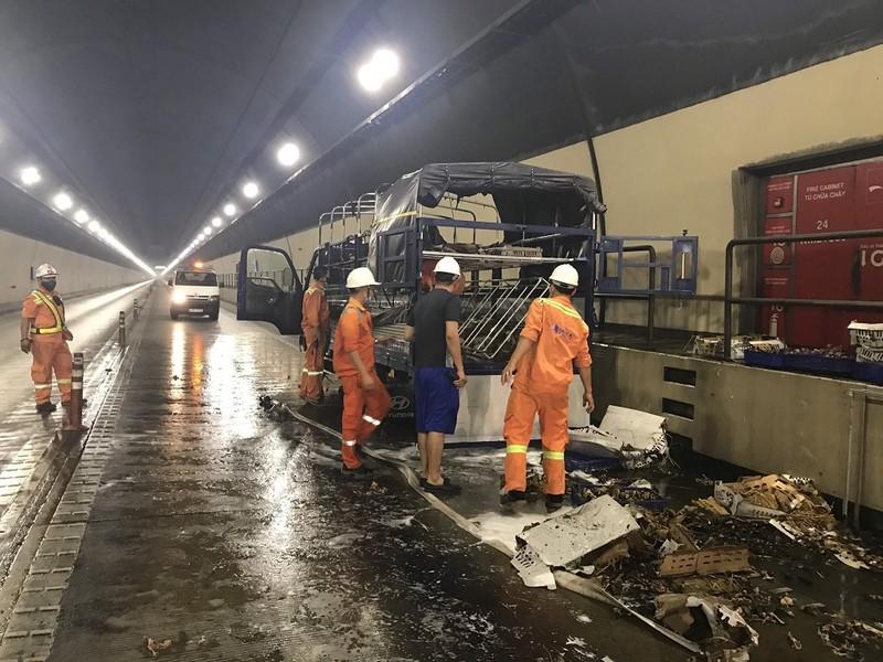 Xe tải bốc cháy trong hầm Hải Vân, tài xế hoảng loạn  - ảnh 1