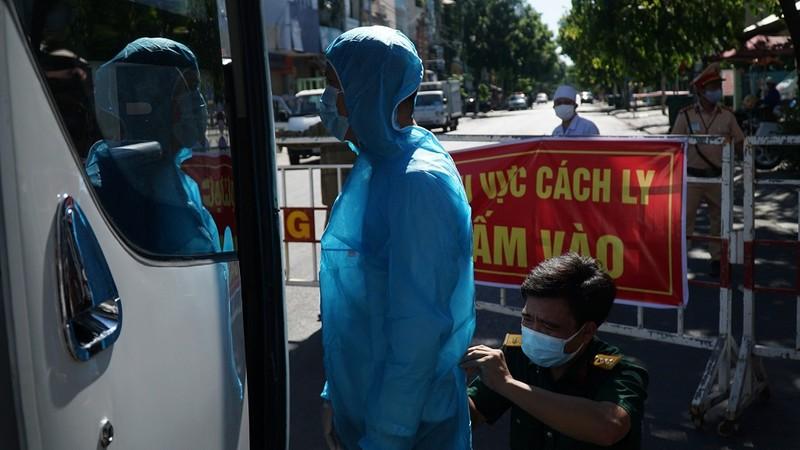 Chuyển người nhà bệnh nhân tại Bệnh viện Đà Nẵng đi cách ly - ảnh 1