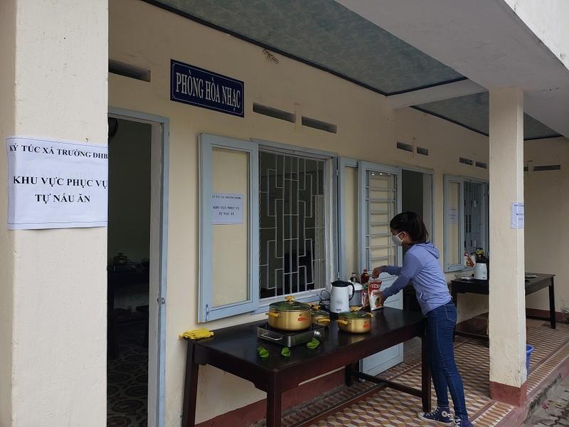 Bố trí 'bếp ăn dã chiến', tiếp tế khẩu trang, nước uống cho SV - ảnh 1