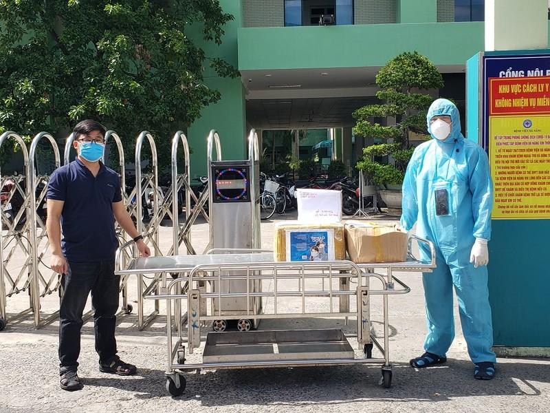 Tặng 200 cuốn sách viết về đại dịch COVID-19 cho BV Đà Nẵng - ảnh 1