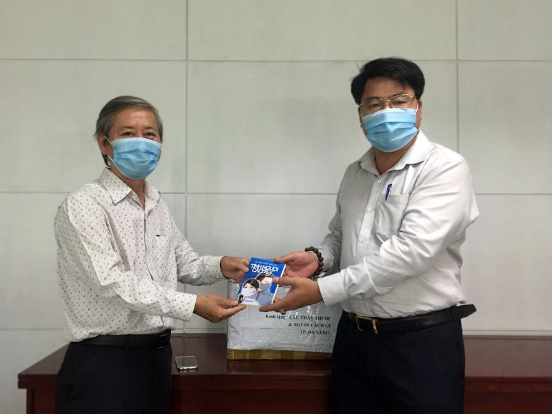 Tặng 200 cuốn sách viết về đại dịch COVID-19 cho BV Đà Nẵng - ảnh 2