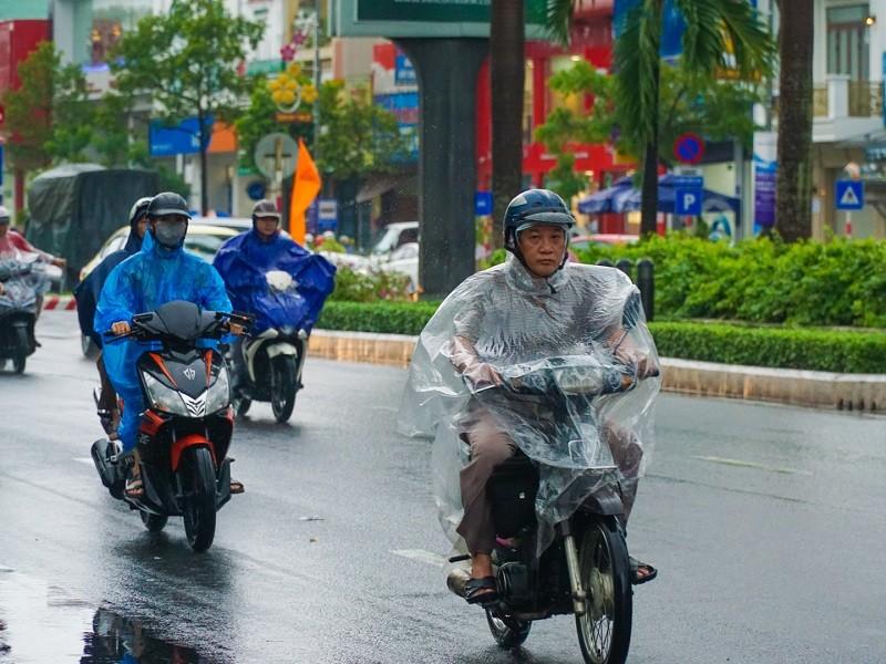 Mưa bắt đầu to dần từ Quảng Bình đến Quảng Ngãi - ảnh 1