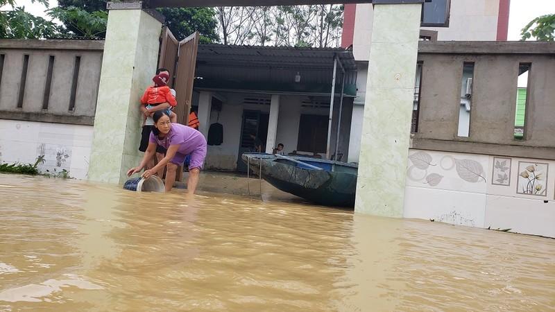 Đà Nẵng: Cán bộ 1 thôn trực chiến 24/24 hỗ trợ bà con vùng lũ - ảnh 11