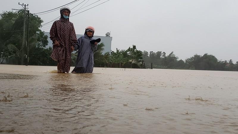 Đà Nẵng: Cán bộ 1 thôn trực chiến 24/24 hỗ trợ bà con vùng lũ - ảnh 4
