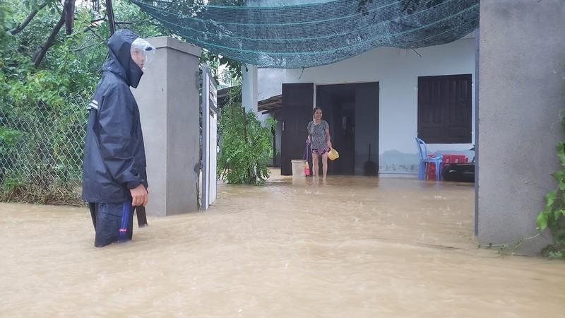 Đà Nẵng: Cán bộ 1 thôn trực chiến 24/24 hỗ trợ bà con vùng lũ - ảnh 3